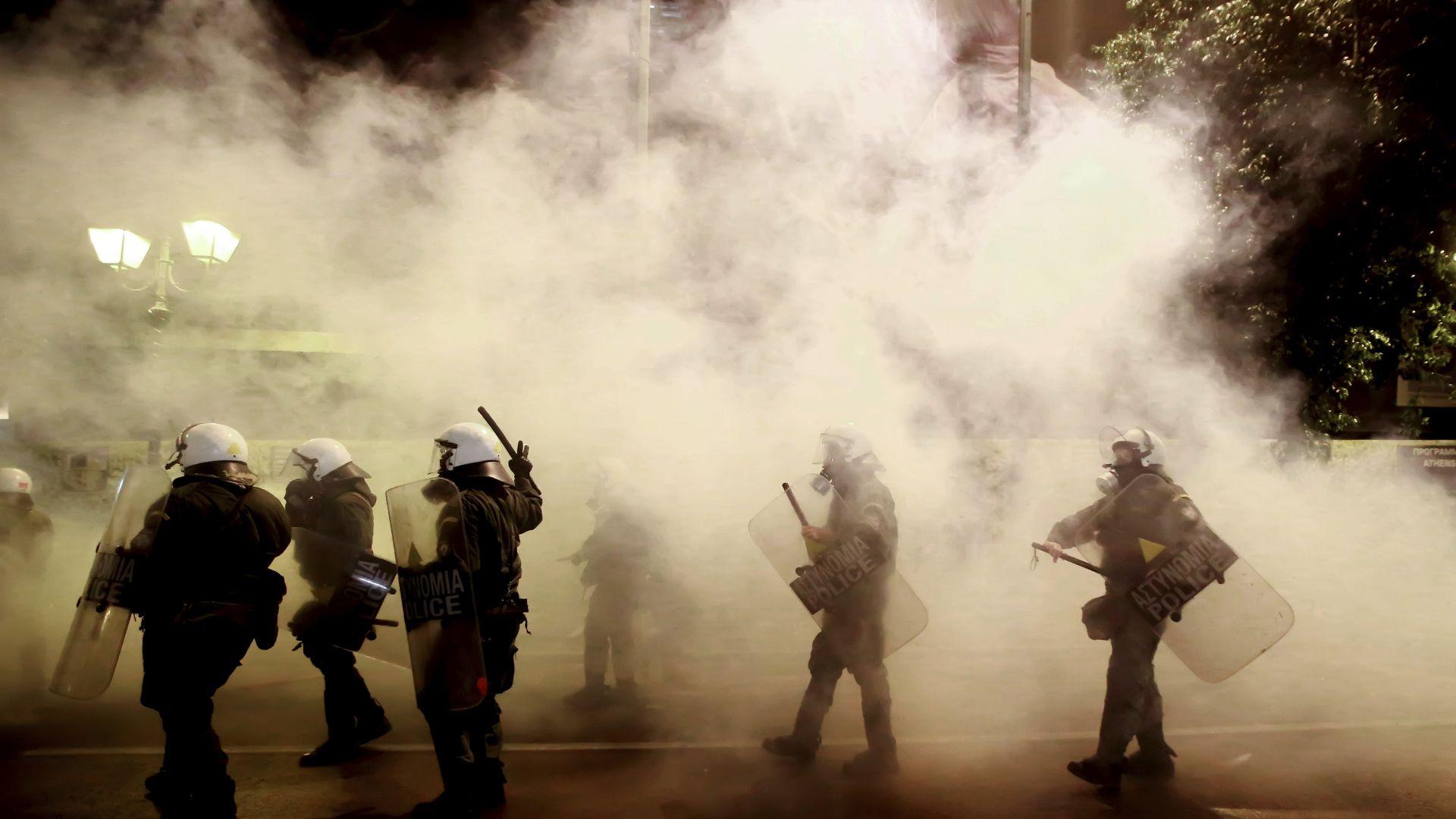 Сблъсъци в Атина между полиция и протестиращи срещу Меркел (снимки)