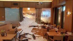 Лавина помете хотел в Швейцария, има ранени
