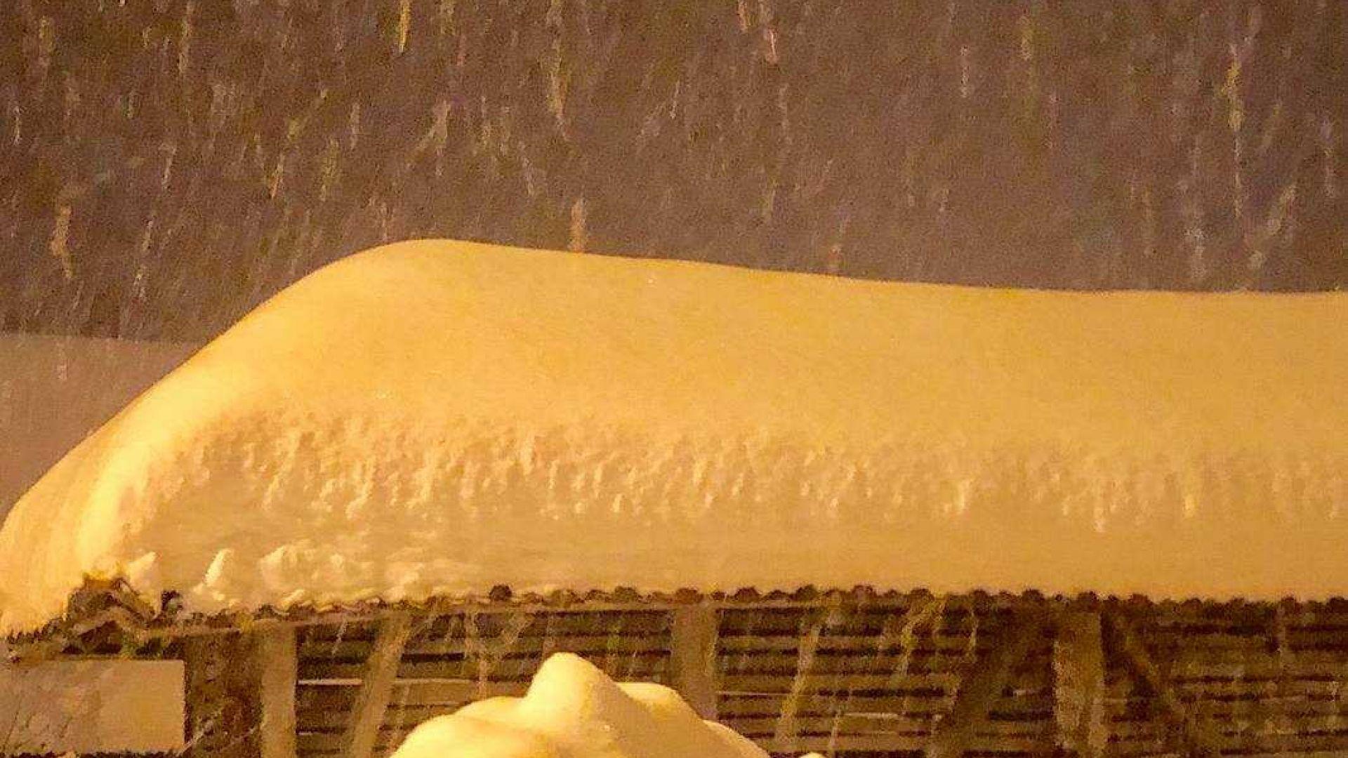 Видно с просто око, снежната покривка е над 60-70 сантиметра