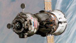 Руснаци поправят космически кораб със салфетка