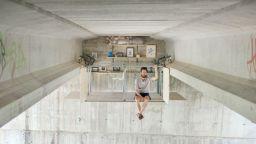 Испански дизайнер си построи тайно жилище под мост