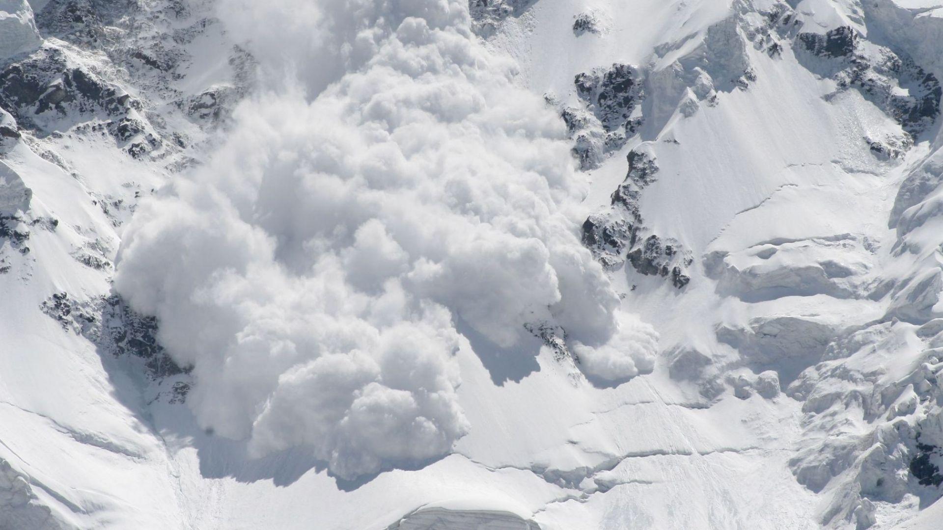 Лавина погуби трима скиори в австрийските Алпи