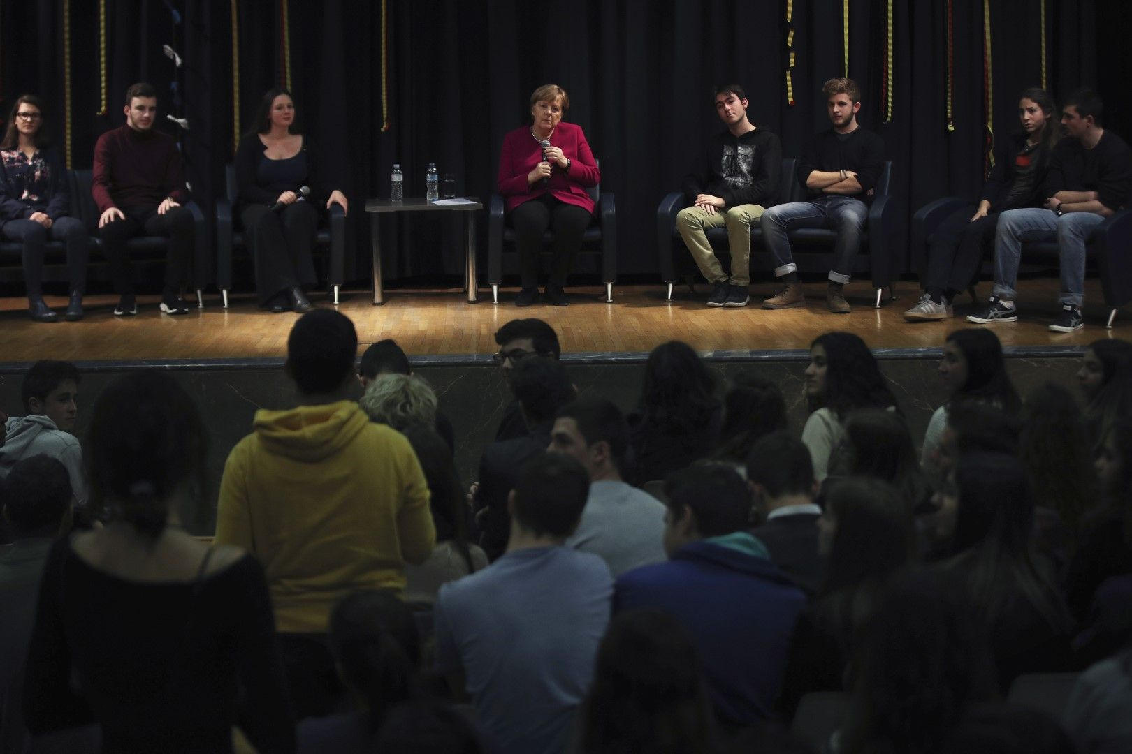 Ангела Меркел разговаря със студенти в Атина