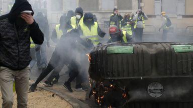 """Сблъсъци и сълзотворен газ срещу протестиращи """"жълти жилетки"""" в Париж (снимки)"""