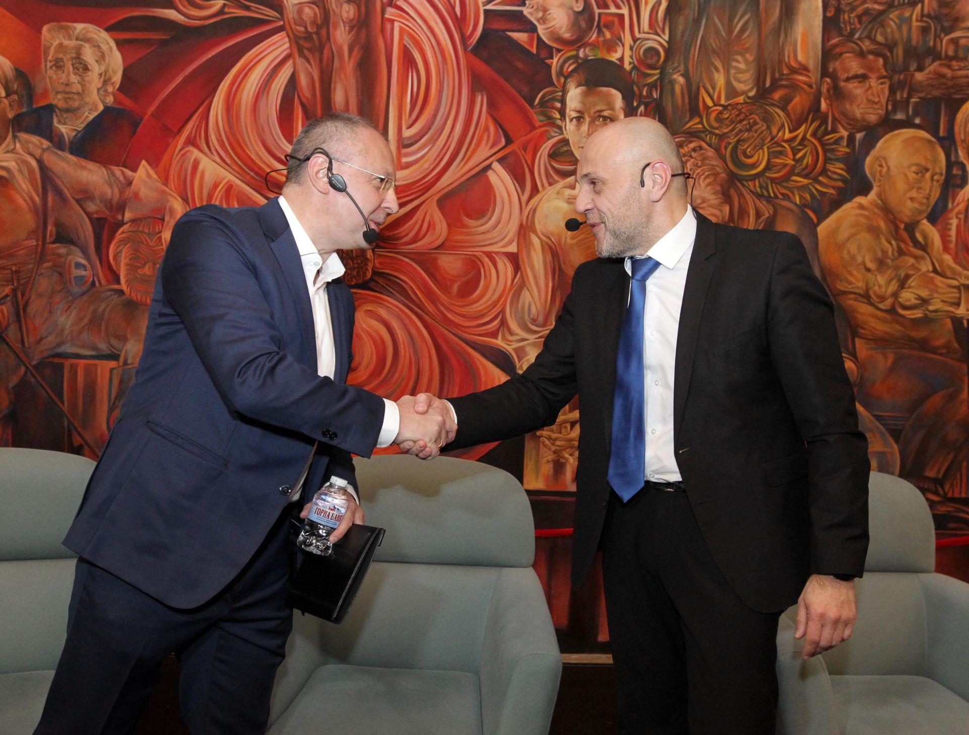 В дискусията взеха участие президентът на ПЕС Сергей Станишев (вляво) и вицепремиерът Томислав Дончев (вдясно)