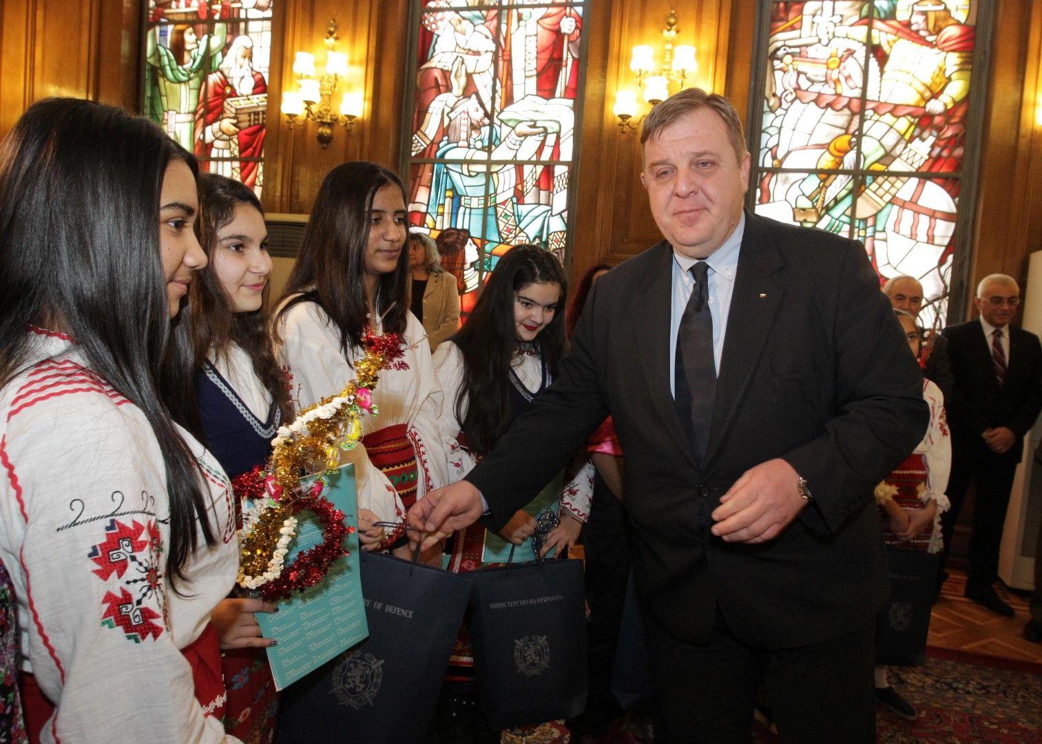 Ромски деца сурвакаха министъра