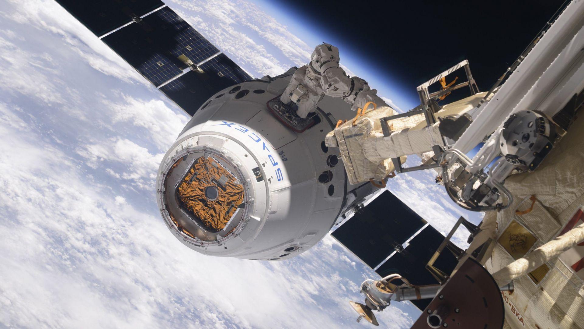 Как товарния космически кораб на SpaceX се разкача от МКС