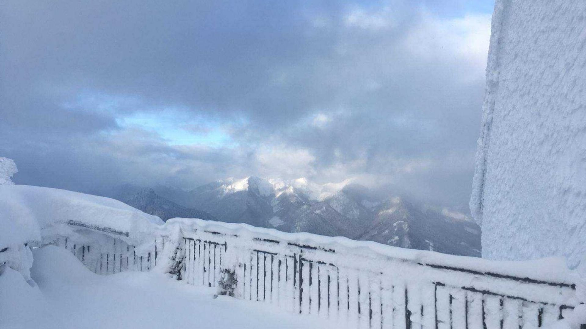 Силен вятър, виелици и сняг в планините и на североизток утре