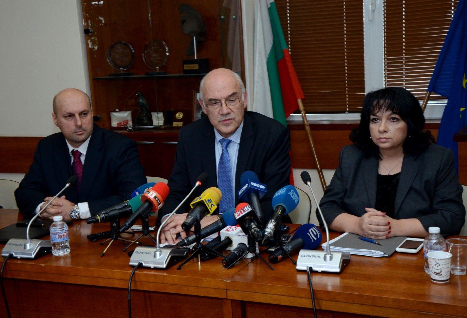 Шефът на енергийната борса Константин Константинов, председателят на КЕВР Иван Иванов и министър Теменужка Петкова