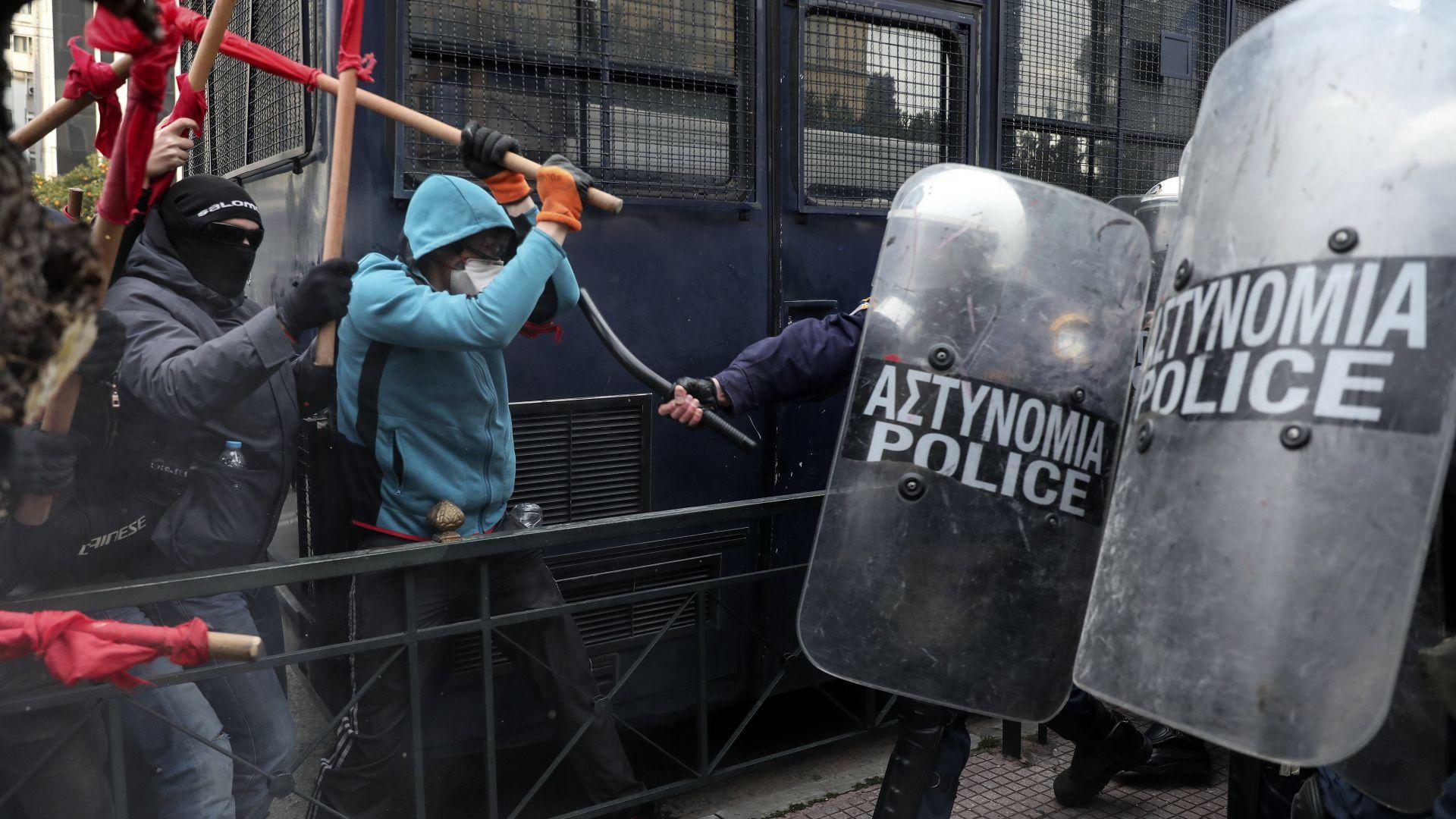 Сблъсъци между учители и полицията в Атина (снимки)