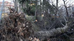 Ураган вилнее в Подбалкана, евакуираха гимназия