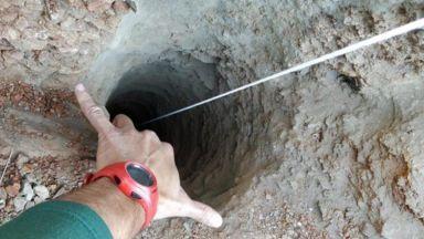 2-годишно дете падна в 100-метрова шахта, спасители копаят тунел (видео)