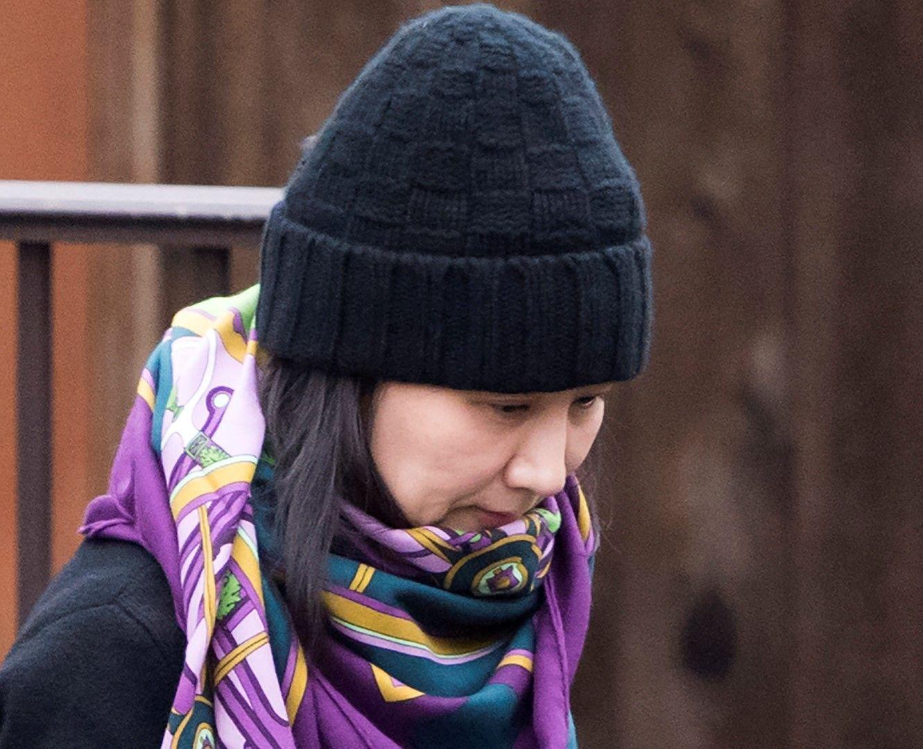 Мън Ванчжоу излиза от дома си във Ванкувър на 12 декември 2018 г.