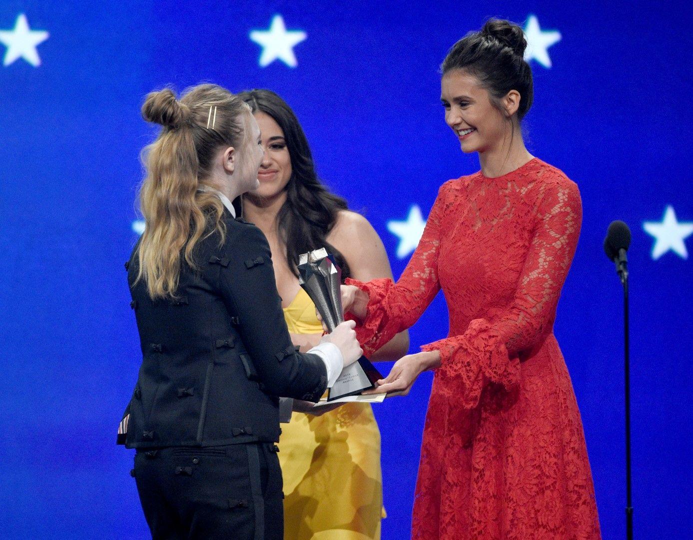 Нина Добрев и Джанин Мейсън връчват наградата на Елси Фишър