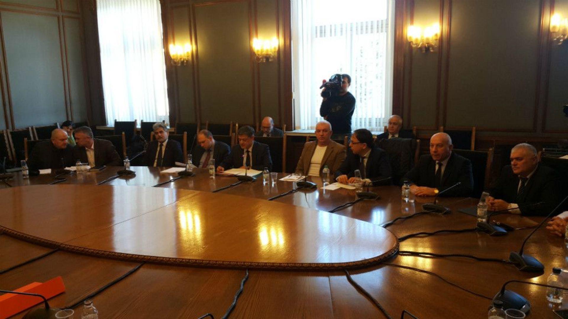 Комисията по отбрана започна със скандал закритото си заседание за F-16