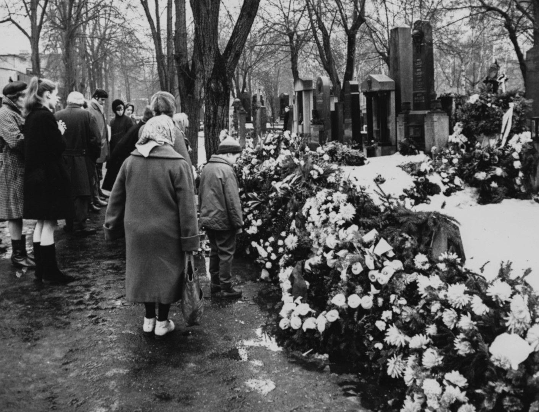 Но погребението се стичах стотици чехи
