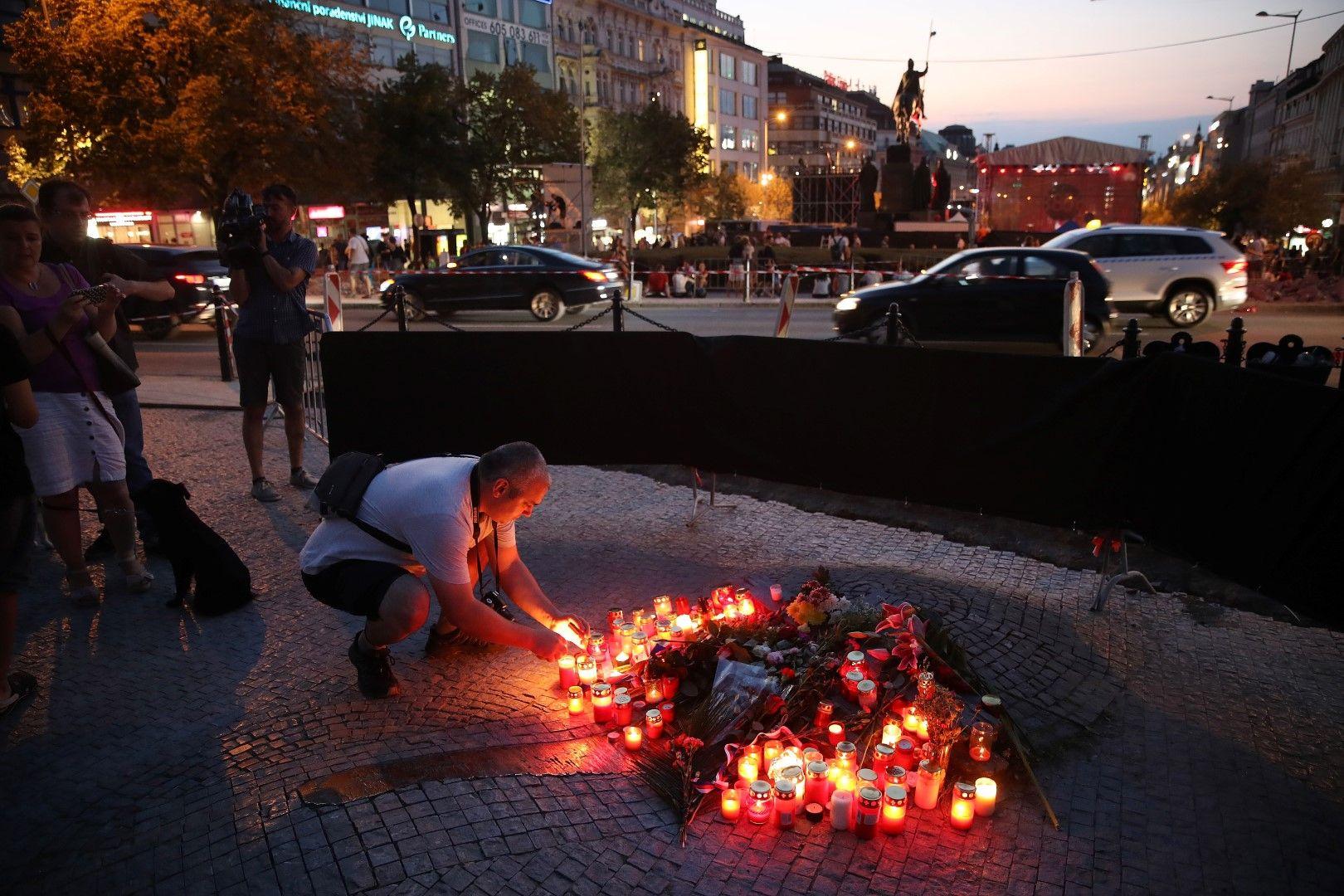 Много хора и до днес посещата мемориал в памет на Палах и палят свещи