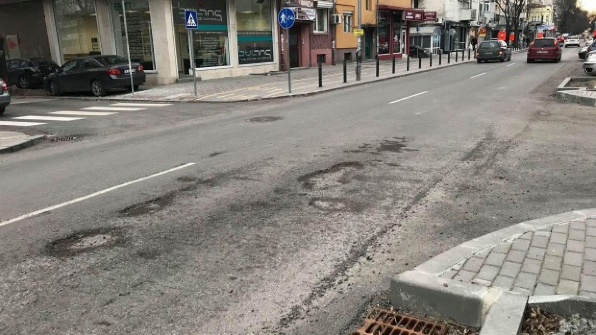Дупки зейнаха на улица във Варна след ремонт