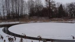 Огромен леден диск се върти във финландска река (видео)