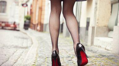 Великобритания криминализира снимането под полите на жените