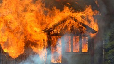 Военен спаси мъж от горяща къща и сам погаси пламъците