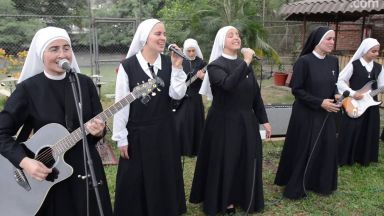 Монахини ще свирят рок пред папата (видео)