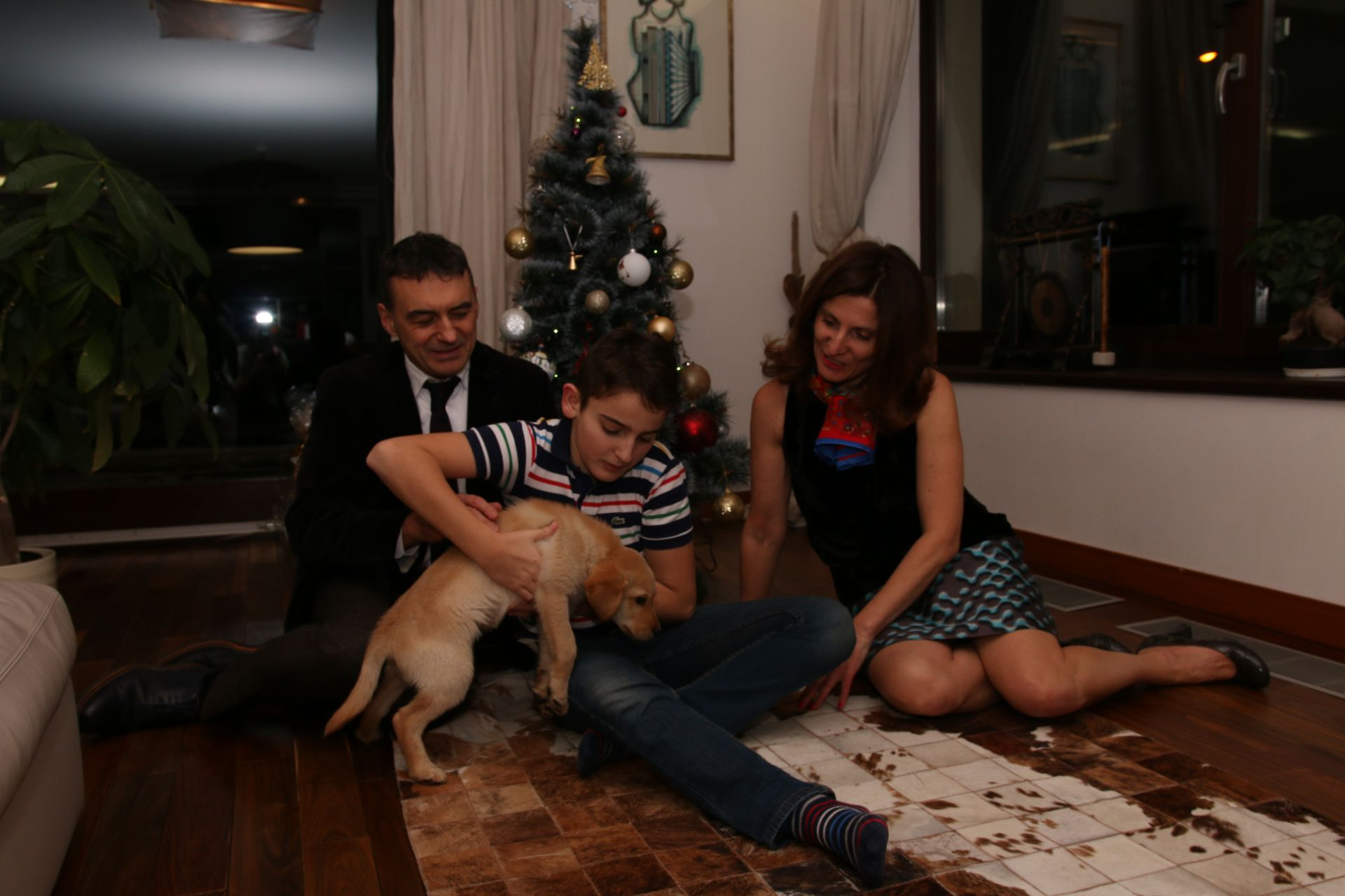 Иво Петров със съпругата си Росица и синът им Иво