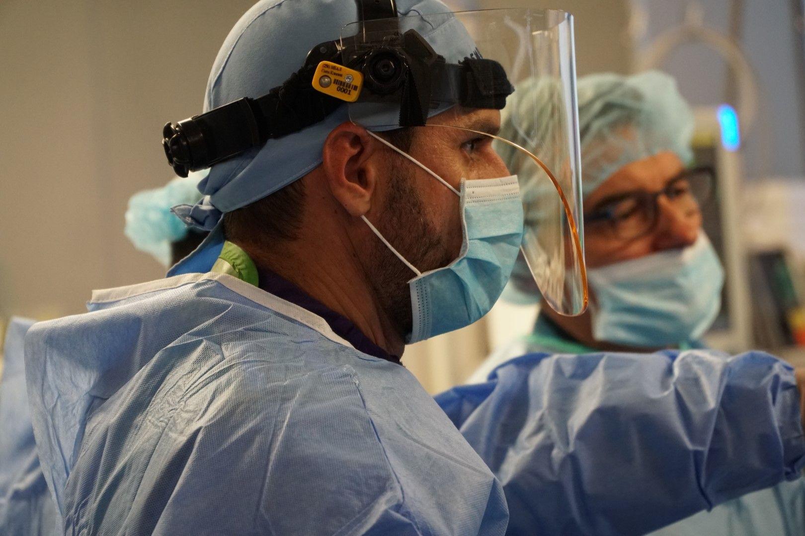 Проф. Иво Петров и д-р Зоран Станков по време на операция по имплантиране на митрална клапа