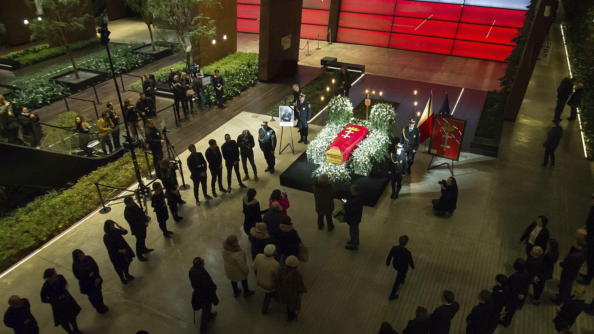Стотици поляци се поклониха пред ковчега на убития кмет на Гданск