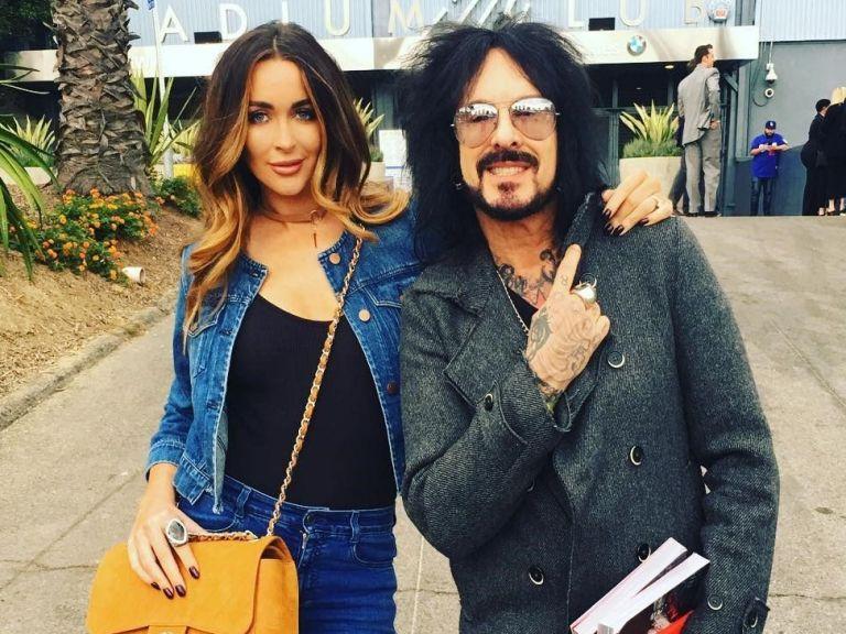 Басистът на Mötley Crüe става баща за пети път