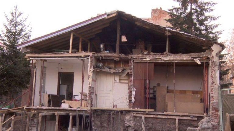 Стената на къща в София рухна заради съседен строеж