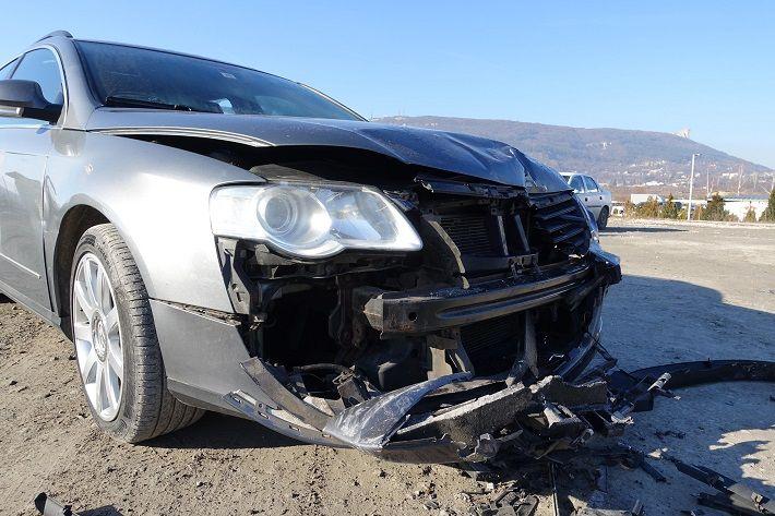 Единият от малолетните е успял да подкара джип, с който е ударил другите коли