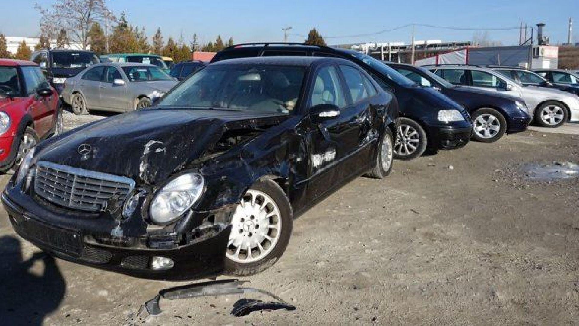 Двама малолетни са потрошили 16 леки автомобила в автокъща на