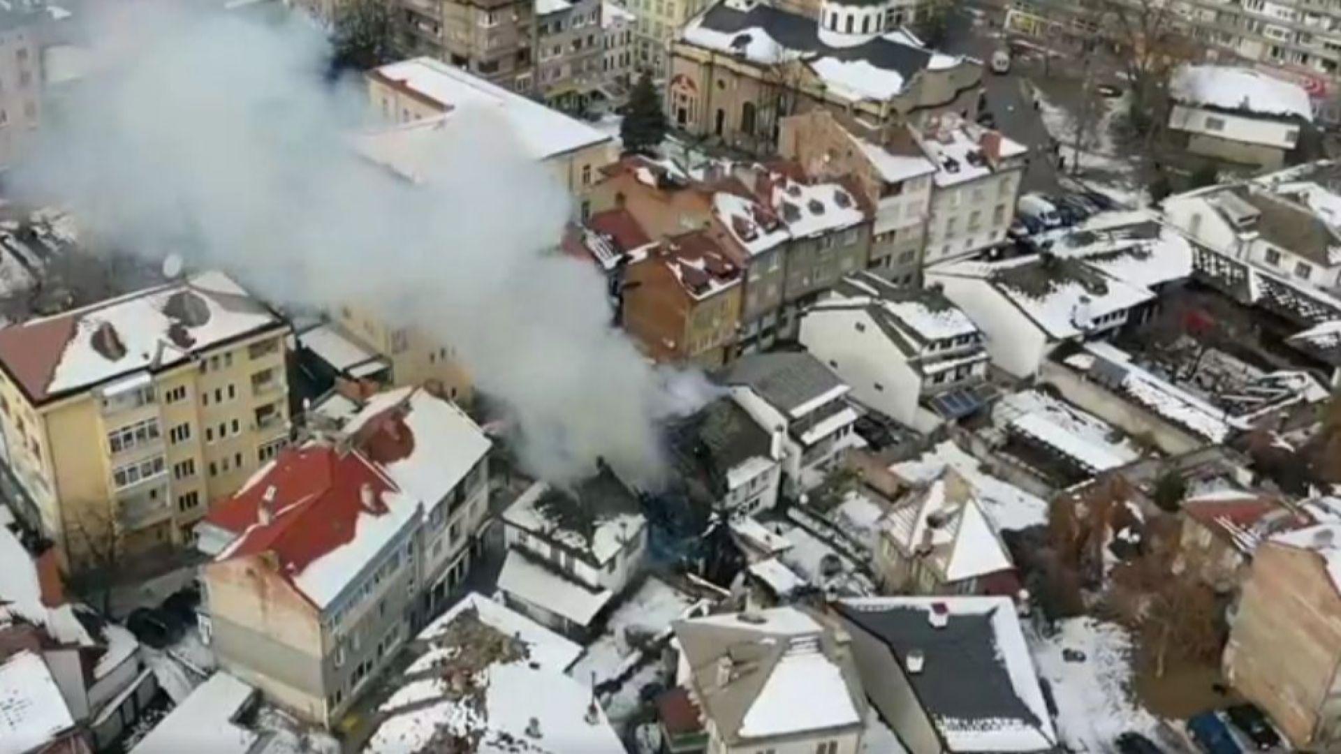Пожар избухна в старинния Шести участък в центъра на Габрово,съобщи