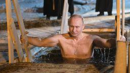 Путин в ледени води на Кръщение Господне (снимки и видео)