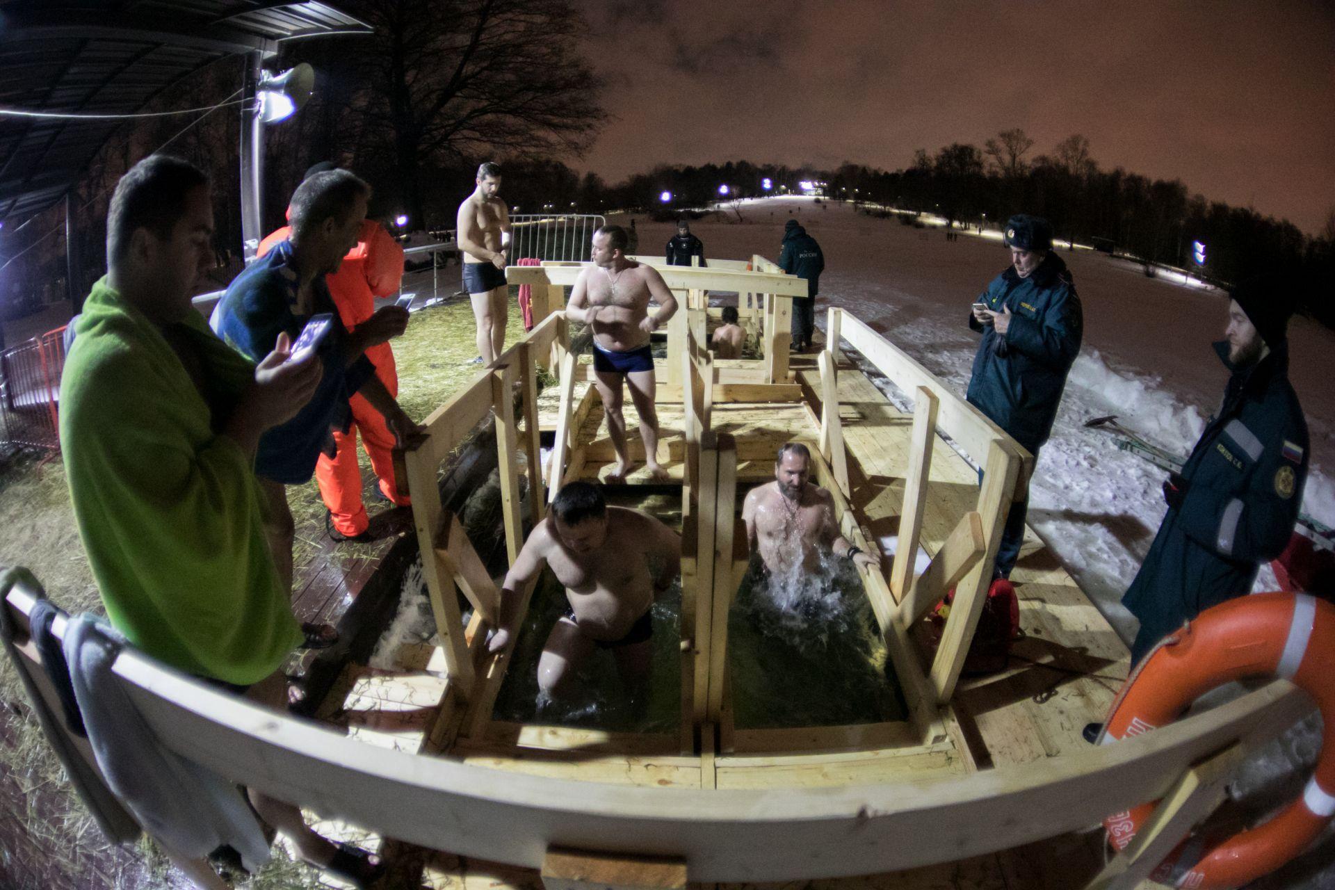 Православни руснаци се къпят в ледената вода на Богоявление в Москва
