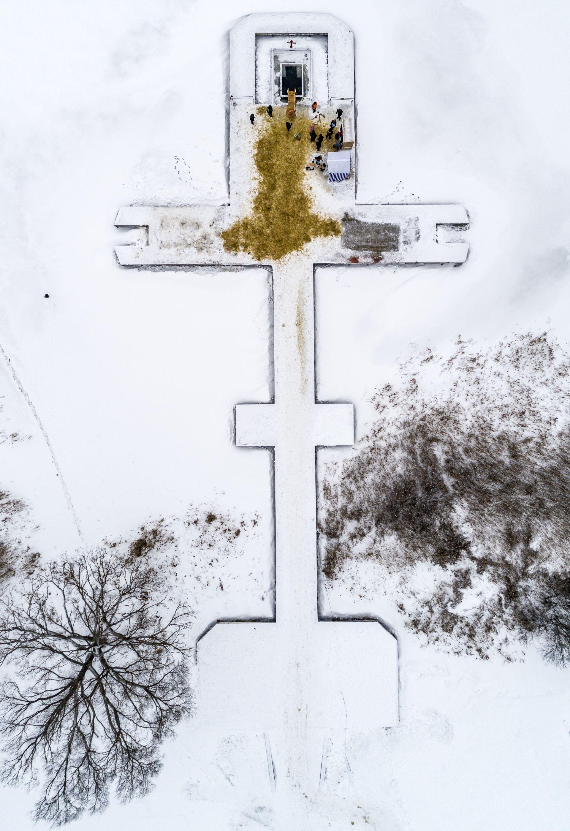 Руските православни вярващи се къпят в ледената вода на Богоявление в манастира Йосиф-Волоколамск, извън Волоколамск, на 130 км западно от Москва, Русия