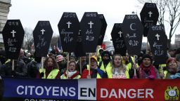 """10 поредна събота: 27 000 """"жълти жилетки"""" протестираха във Франция"""