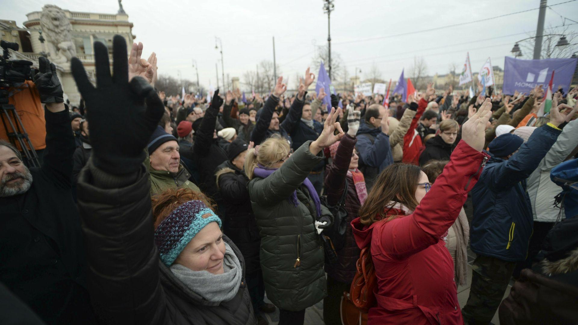 Няколко хиляди души излязоха по улиците в цяла Унгария днес,