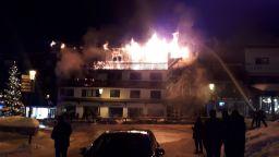Смъртоносен пожар във френския курорт Куршвел (видео)