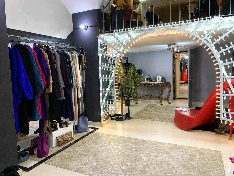 Модният корнер на PROVOCATIVE и Kind of Gorgeous в бутика на Марияна Мичели в Лече (Снимка: Личен архив)