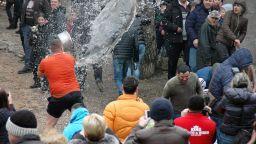 """6-има младоженци скочиха в ледените води на Перущинска река на """"Къпанки"""" (снимки)"""