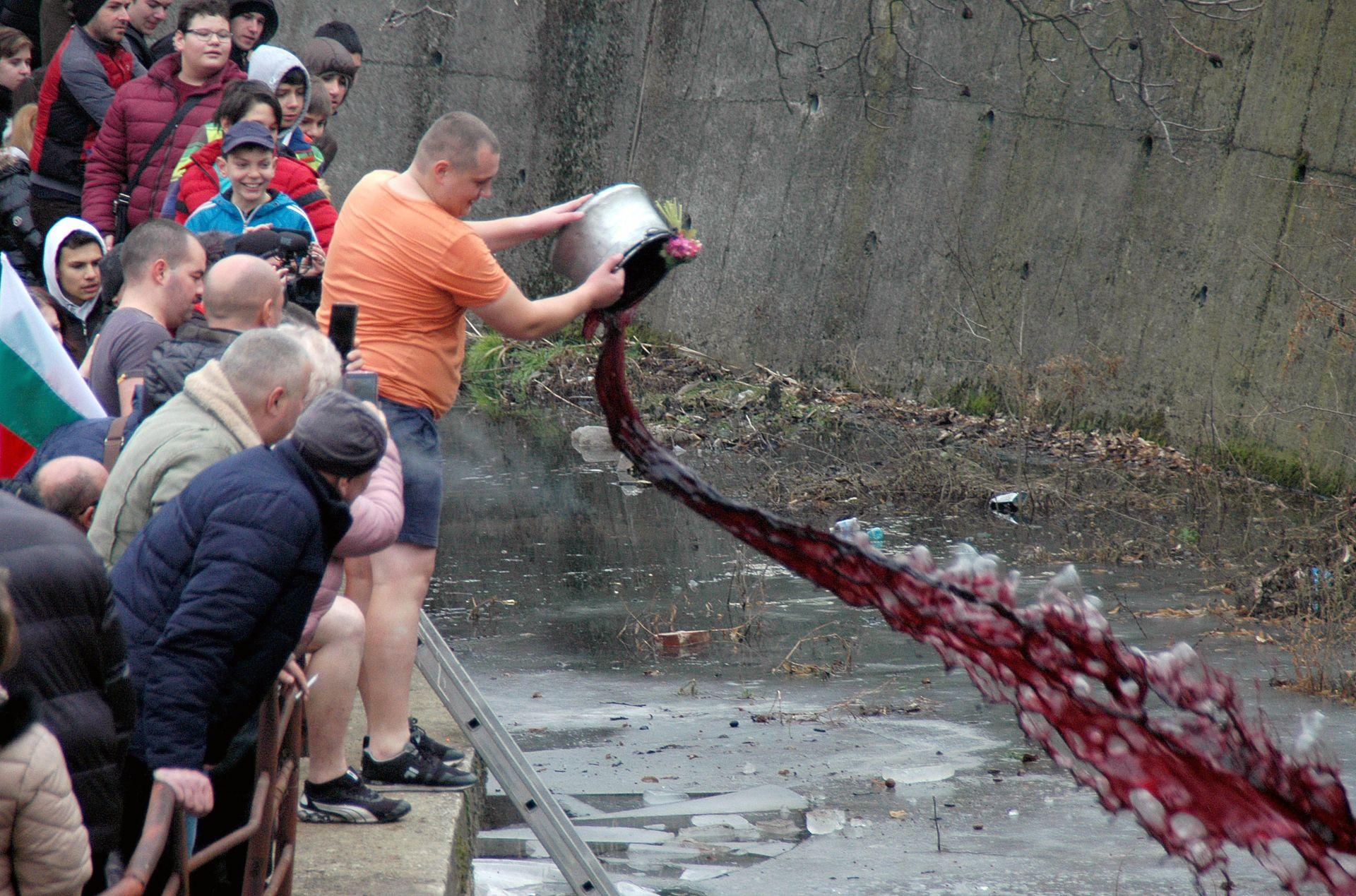 Преди да скочат във водата младоженците изсипват в нея менче с вино