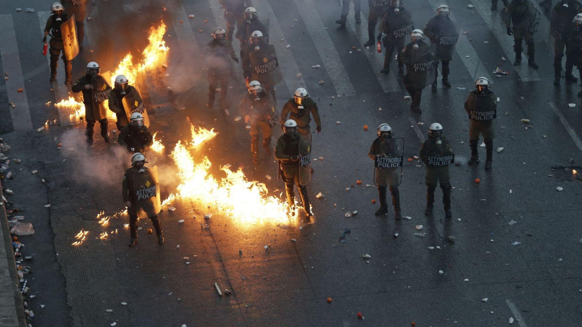 """Коктейли """"Молотов"""" и сълзотворен газ при сблъсъци в Атина заради Македония"""
