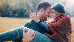 Двойките, които се смеят заедно, по-рядко се разделят