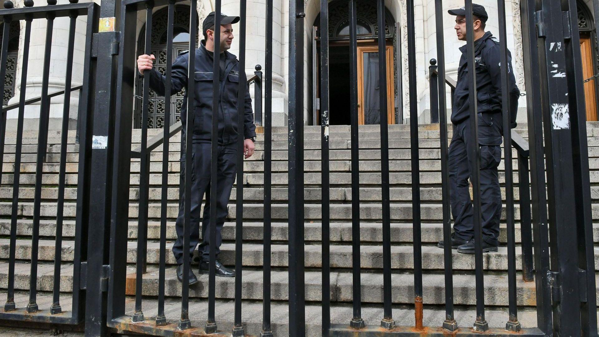 Дървената бухалка на правосъдието: Рекет, побой и завързаните очи на Темида