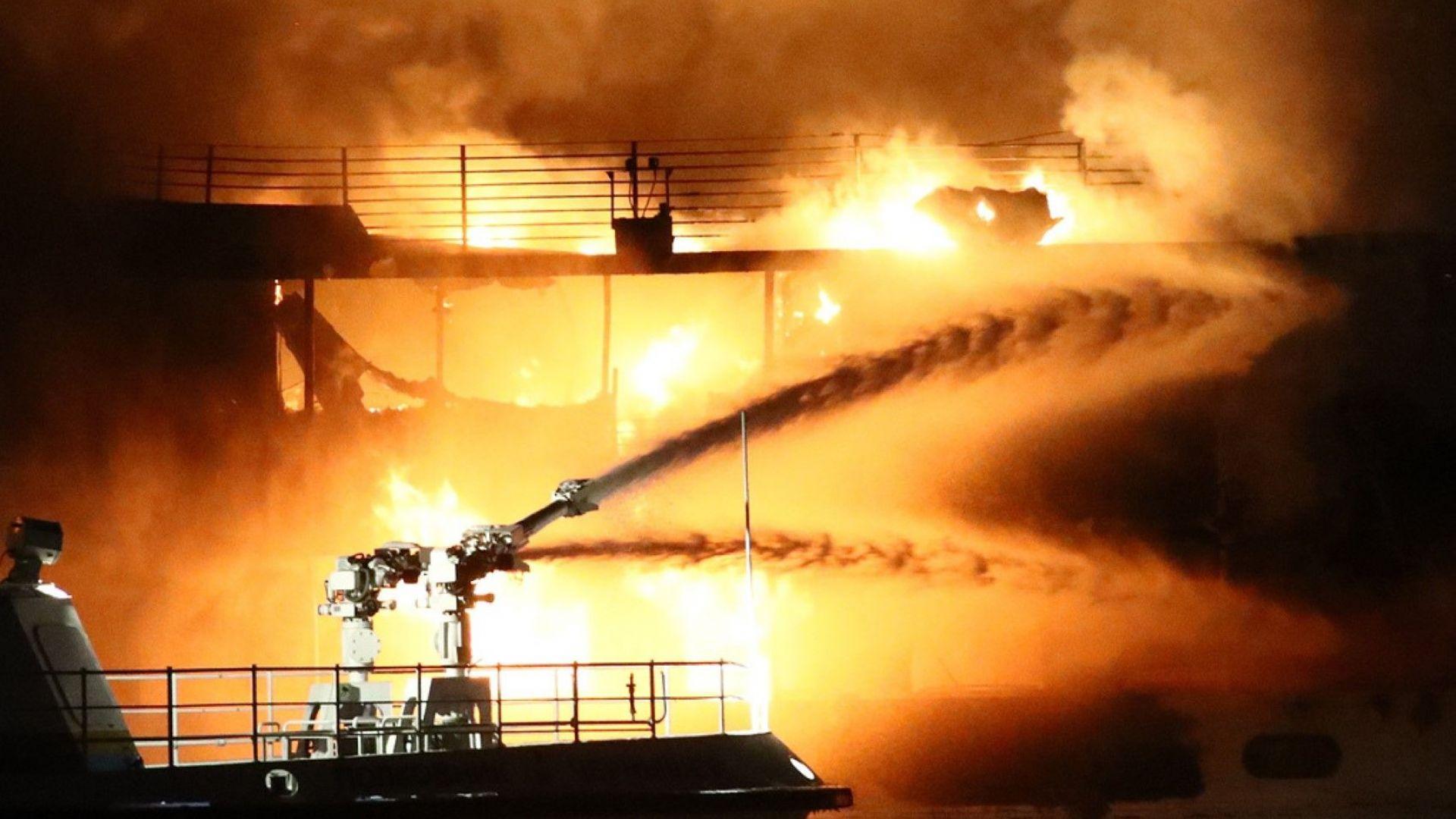 Девет души са загинали при пожар на два кораба в