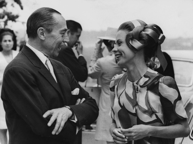1969 година - Орлеански говори с годеницата на един от синовете си