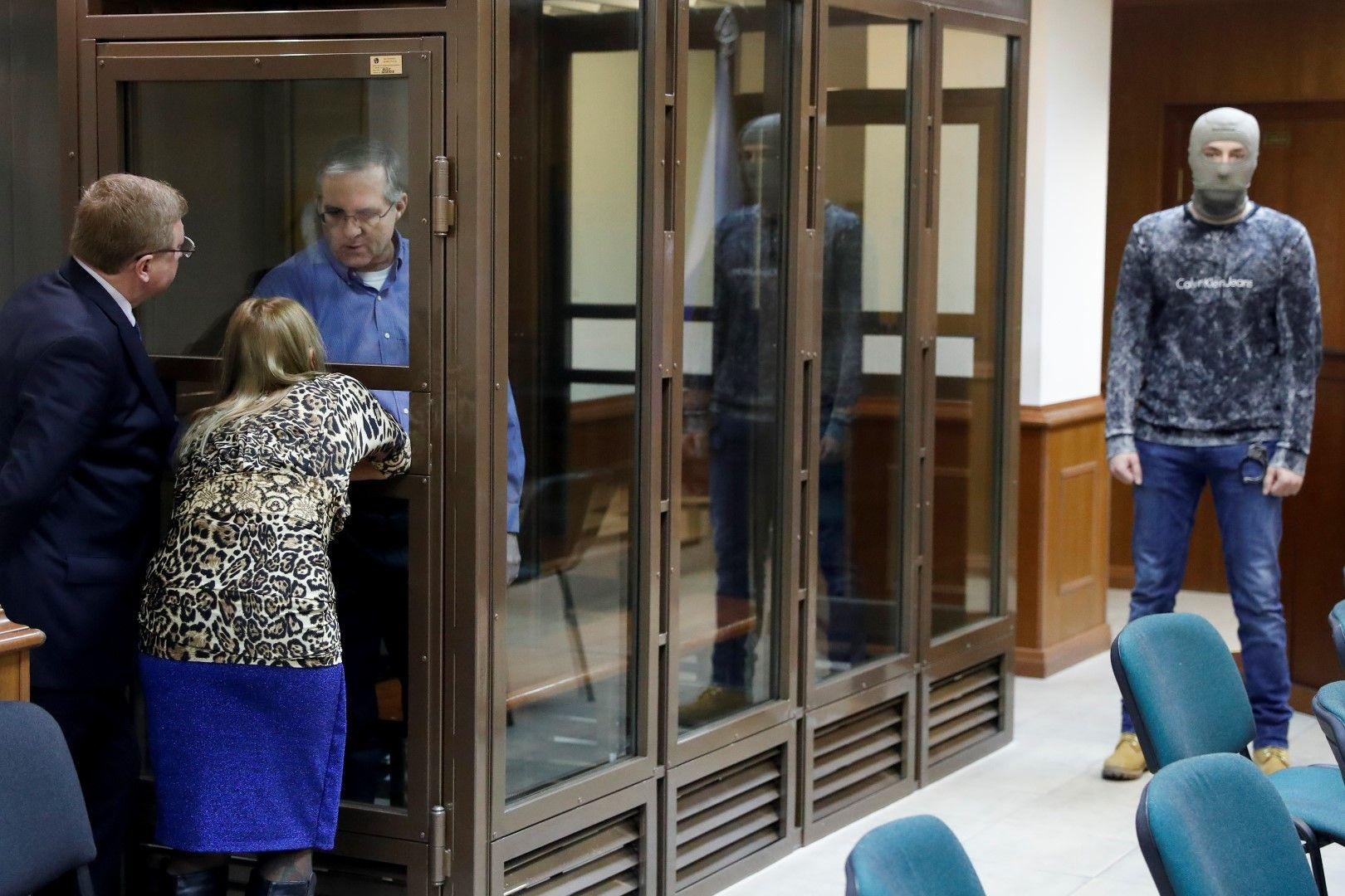 В съда американецът е затворен зад стъклена преграда