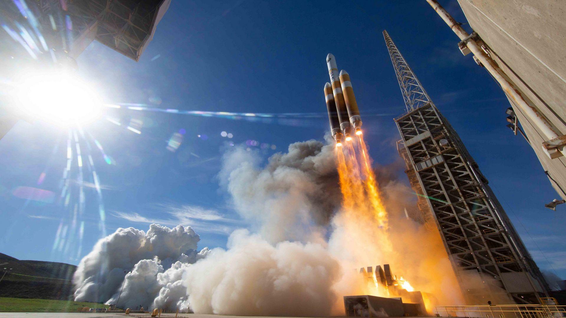 Вижте как САЩ изстреля шпионски сателит
